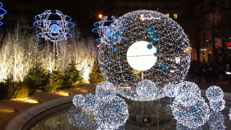 Zur weihnachtszeit ist das romantische paris ein for Weihnachtsdeko schaufenster